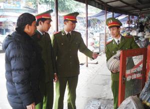 Cán bộ phòng cảnh sát PCCC &CNCH (Công an tỉnh) kiểm tra, hướng dẫn các biện pháp PCCN cấp bách cho Ban quản lý chợ Phương Lâm (TPHB).
