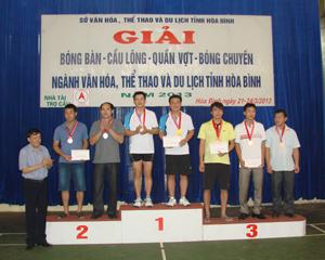 Lãnh đạo Sở VH,TT&DL trao huy chương, giải thưởng cho các VĐV ở môn cầu lông.
