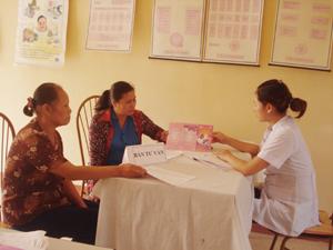 Bác sĩ Bệnh viện đa khoa TP Hòa Bình tư vấn cho phụ nữ phường Thịnh Lang.