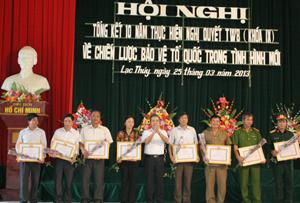 Lãnh đạo Huyện uỷ Lạc Thuỷ trao giấy khen cho các tập thể có thành tích xuất sắc trong 10 năm thực hiện Nghị quyết Trung ương 8 (khoá IX).