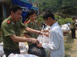 Cán bộ phòng PA 67, PA 69 (Công an TP Hà Nội) tặng quà cho học sinh trường THCS xã Đoàn Kết (Đà Bắc).