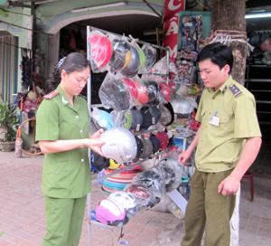 Đoàn kiểm tra liên ngành thành phố Hòa Bình kiểm tra hộ kinh doanh mũ bảo hiểm tại phường Đồng Tiến.