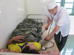 Cán bộ y tế xã Nam Sơn (Tân Lạc) chăm sóc, điều trị bệnh nhân nội trú.