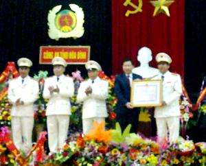 Thừa ủy quyền, đồng chí Bùi Văn Cửu, Phó Chủ tịch Thường trực UBND tỉnh trao Huân chương Bảo vệ Tổ quốc hạng ba cho lực lượng An ninh kinh tế Công an tỉnh.