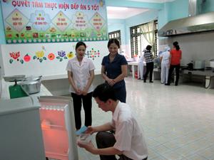 Đoàn kiểm tra thực tế việc đảm bảo ATTP tại bếp ăn bán trú trường MN Tân Thịnh A.