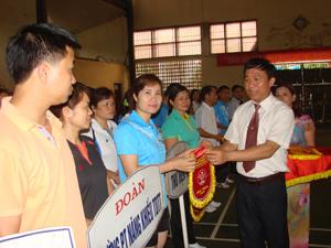 Đồng chí Đinh Danh Hạnh, Phó Giám đốc Sở VH -TT&DL trao cờ lưu niệm cho các đoàn VĐV tại giải thể thao ngành năm 2013.