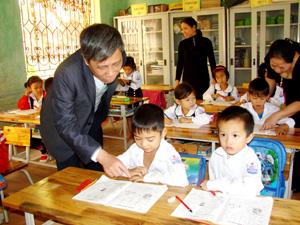 Đồng chí Nguyễn Minh Thành, Giám đốc Sở GD&ĐT trong chuyến thăm, tìm hiểu tình hình học tập của trường tiểu học Mường Chiềng (Đà Bắc).