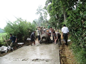 Nhân dân xã Nuông Dăm, Kim Bôi đóng góp ngày công vật liệu làm đường bê tông liên xóm đảm bảo tiêu chí về giao thông.