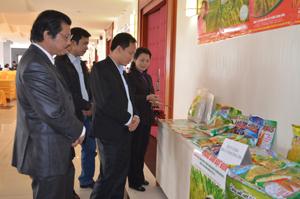 Cán bộ Sở NN&PTNT giới thiệu các loại nông sản chất lượng cao của Hòa Bình với đại diện Công ty CP Giống cây trồng Trung ương.