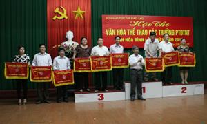 Đồng chí Nguyễn Minh Thành, Giám đốc Sở GD&ĐT trao giải toàn đoàn cho các đội thi.