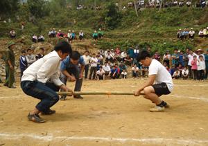 Các VĐV thi đấu nội dung đẩy gậy nam tại đại hội TDTT xã Ngổ Luông năm 2013.