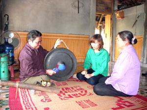 Nghệ nhân Bùi Thanh Mẻo, xã Dũng Phong (Cao Phong) luôn tâm huyết với việc truyền dạy nghệ thuật cồng chiêng nhằm giữ gìn bản sắc văn hóa, góp phần phát triển du lịch văn hóa của huyện.