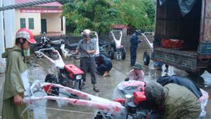 Nông dân xã Ngọc Lương, Yên Thủy nhận bàn giao máy nông nghiệp phục vụ sản xuất.