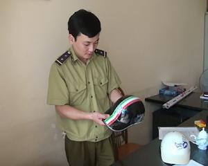 Đội QLTT thành phố Hoà Bình tịch thu mũ bảo hiểm kém chất lượng trên địa bàn thành phố.