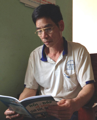 Dù đã ngoài 50 tuổi nhưng ông Quý vẫn luôn tích cực học tập để nâng cao kiến thức cho bản thân và áp dụng vào cuộc sống.