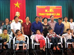Lãnh đạo Sở LĐ-TB&XH và tổ chức Hữu Nghị Việt Nam trao xe lăn cho các đối tượng khuyết tật vận động huyện Cao Phong.