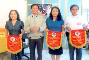 Đồng chí Hoàng Thị Phương, Trưởng Ban đại diện Hội Người cao tuổi huyện Lương Sơn, nhận cờ giải nhất toàn đoàn.