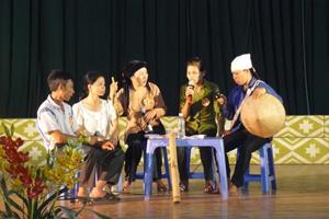 Đội tuyên truyền xã Thu Phong (Cao Phong) biểu diễn tiểu phẩm