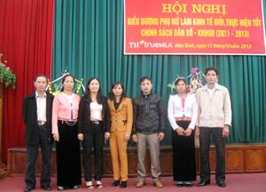 Chị Bùi Thị Tăm (đứng thứ 2 từ trái sang) tại hội nghị biểu dương PN làm kinh tế giỏi, thực hiện tốt chính sách DS-KHHGĐ GĐ 2011 – 2013.