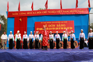 Lễ hội Đình Cổi ở xã Bình Chân (Lạc Sơn) đã tạo được sức hút hấp dẫn đối với đồng bào các dân tộc nơi đây. Hàng năm, lễ hội có nhiều hoạt động VH-TT giàu bản sắc văn hoá dân tộc.