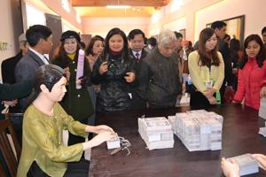 Đông đảo du khách thập phương đến thăm quan khu di tích Nhà máy in tiền tại xã Cố Nghĩa (Lạc Thủy).