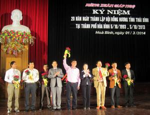 Lãnh đạo 2 tỉnh Hòa Bình – Thái Bình tặng hoa chúc mừng các doanh nhân người Thái Bình làm ăn thành đạt tại TP Hòa Bình.