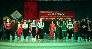 Các thí sinh tham gia phần trình diễn trang phục dân tộc.