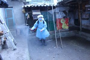 Đội vệ sinh và phun thuốc thị trấn Kỳ Sơn phun tiêu độc, khử trùng tại khu vực chuồng trại chăn nuôi nông hộ.