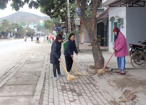 Chị Đỗ Thị Nhung (người đứng giữa) cùng nhân dân tiểu khu 6, thị trấn Mường Khến (Tân Lạc) dọn dẹp vệ sinh, giữ gìn môi trường.