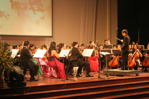 Nghệ sỹ Kim Xuân Hiếu chỉ huy giàn nhạc giao hưởng.