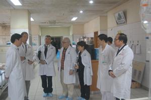 Giáo sư Keizo Takemi tìm hiểu tình hình công tác khám chữa bệnh tại BVĐK tỉnh.