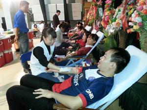ĐV-TN tham gia hiến máu tình nguyện.
