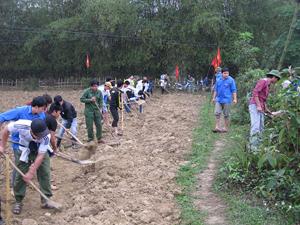 ĐVTN tham gia mở đường tại xã Sào Báy.