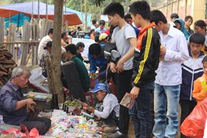 Băng đĩa nhạc không rõ nguồn gốc  được bày bán công khai  tại lễ hội Khai hạ Mường Bi (Tân Lạc) 2014.