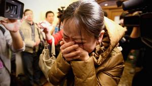 Người thân của hành khách đi trong chuyến bay MH370 đang ở sân bay Bắc Kinh -  Ảnh: Reuters