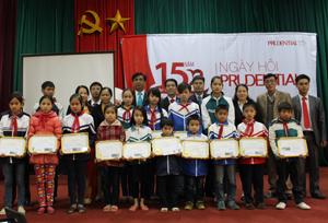 Lãnh đạo Công ty Prudential trao giấy khen và học bổng cho 15 học sinh nghèo huyện Tân Lạc.