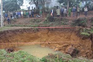 Miệng hố sụt cách nhà anh Bùi Văn Lưu chưa đầy 20 m.