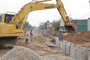 Công ty Phong Mỹ huy động nhân lực, thiết bị thi công QL 12 B  khu vực đã có mặt bằng tại xóm Nam Hòa, xã Xuất Hóa (Lạc Sơn).