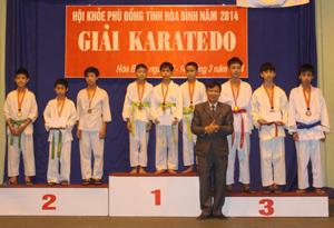 BTC trao huy chương tại nội dung Kata đồng đội nam THCS.