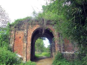 Cổng thành phía tây được xây bằng đá ong còn khá nguyên vẹn.