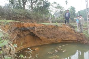 Hố sụt đất bắt đầu ăn lấn vào đường giao thông xóm Khi.
