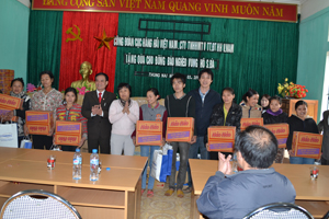 Lãnh đạo Công đoàn Cục Hàng Hải Việt Nam, MTTQ tỉnh trao quà cho các hộ nghèo xã Thung Nai (Cao Phong).