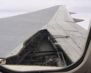 Cánh máy bay Boeing 757 của hãng Delta Air Lines mất một tấm panô khi bay từ Orlando tới Atlanta. Ảnh CNN