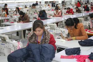Người lao động Công ty TNHH GGS 100% vốn Hàn Quốc KCN bờ trái sông Đà (thành phố Hòa Bình) được quan tâm đào tạo nâng cao tay nghề, yên tâm sản xuất.
