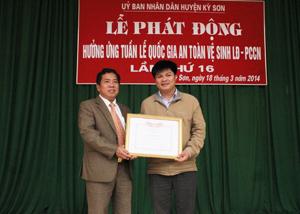 Đồng chí Nguyễn Trung Dũng, Giám đốc Sở LĐ-TB&XH trao giấy khen của Cục An toàn Lao động cho Công ty CP nước sạch Vinaconex.