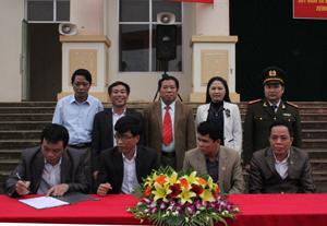 Ký cam kết đảm bảo ATVSLĐ-PCCN giữa các đơn vị, doanh nghiệp và UBND các xã, thị trấn trên địa bàn huyện Cao Phong.