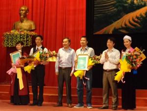 Thí sinh Bùi Thị Mơ (ngoài cùng bên phải) nhận giải thể hiện khả năng hoạt náo lôi cuốn khách du lịch.