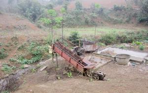 Máy nghiền, bể lọc tinh bột sắn và dong riềng ở xóm Phú Châu, xã Phú Minh (Kỳ Sơn) đều đặt ở đầu nguồn nước gây ô nhiễm nghiêm trọng.