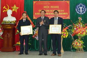 Lãnh đạo Đảng ủy Khối các cơ quan tỉnh trao giấy khen cho đảng viên của Đảng bộ BHXH tỉnh đủ tư cách hoàn thành xuất sắc nhiệm vụ.
