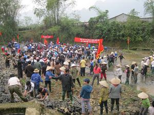 ĐV-TN huyện Kim Bôi tham gia đắp đập tại xã Kim Bình thiết thực hưởng ứng Tháng thanh niên.